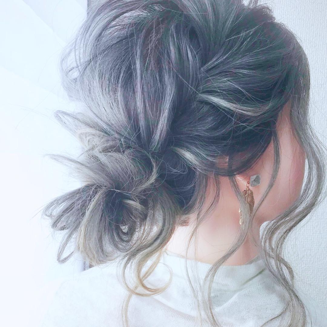 後れ毛で小顔効果◎三つ編みとくるりんぱで作るお呼ばれシニヨンアレンジ♡TOP