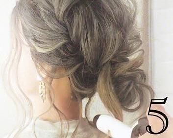 後れ毛で小顔効果◎三つ編みとくるりんぱで作るお呼ばれシニヨンアレンジ♡5