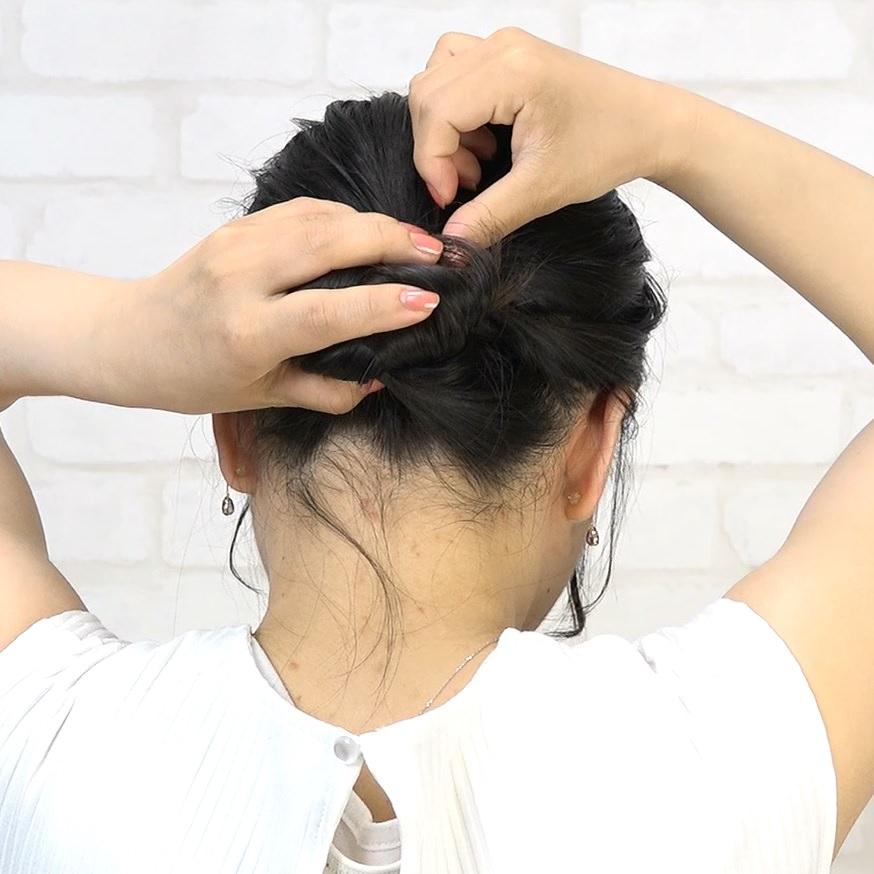 黒髪なのに動きが出るラフなお団子アレンジ 7
