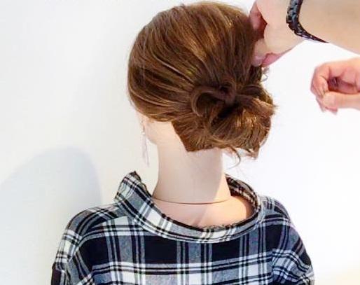 ヘアアクセサリーがなくても周りと差がつく◎髪でつくるリボンがキュートなまとめ髪アレンジ4