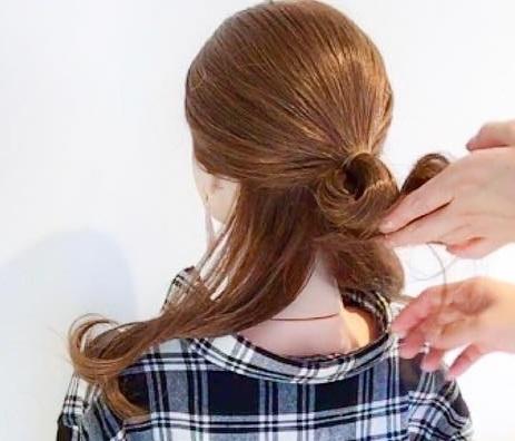 ヘアアクセサリーがなくても周りと差がつく◎髪でつくるリボンがキュートなまとめ髪アレンジ1