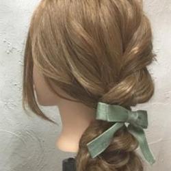 ゆるっと感がかわいい♡ガーリーな印象に仕上がる、ロープ編み込み×まとめ髪アレンジ