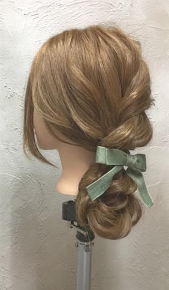ゆるっと感がかわいい♡ガーリーな印象に仕上がる、ロープ編み込み×まとめ髪アレンジtop