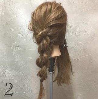 ゆるっと感がかわいい♡ガーリーな印象に仕上がる、ロープ編み込み×まとめ髪アレンジ2
