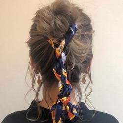 スカーフでこなれ感を演出♪周りと差がつくこと間違いなしの三つ編み×お団子アレンジ