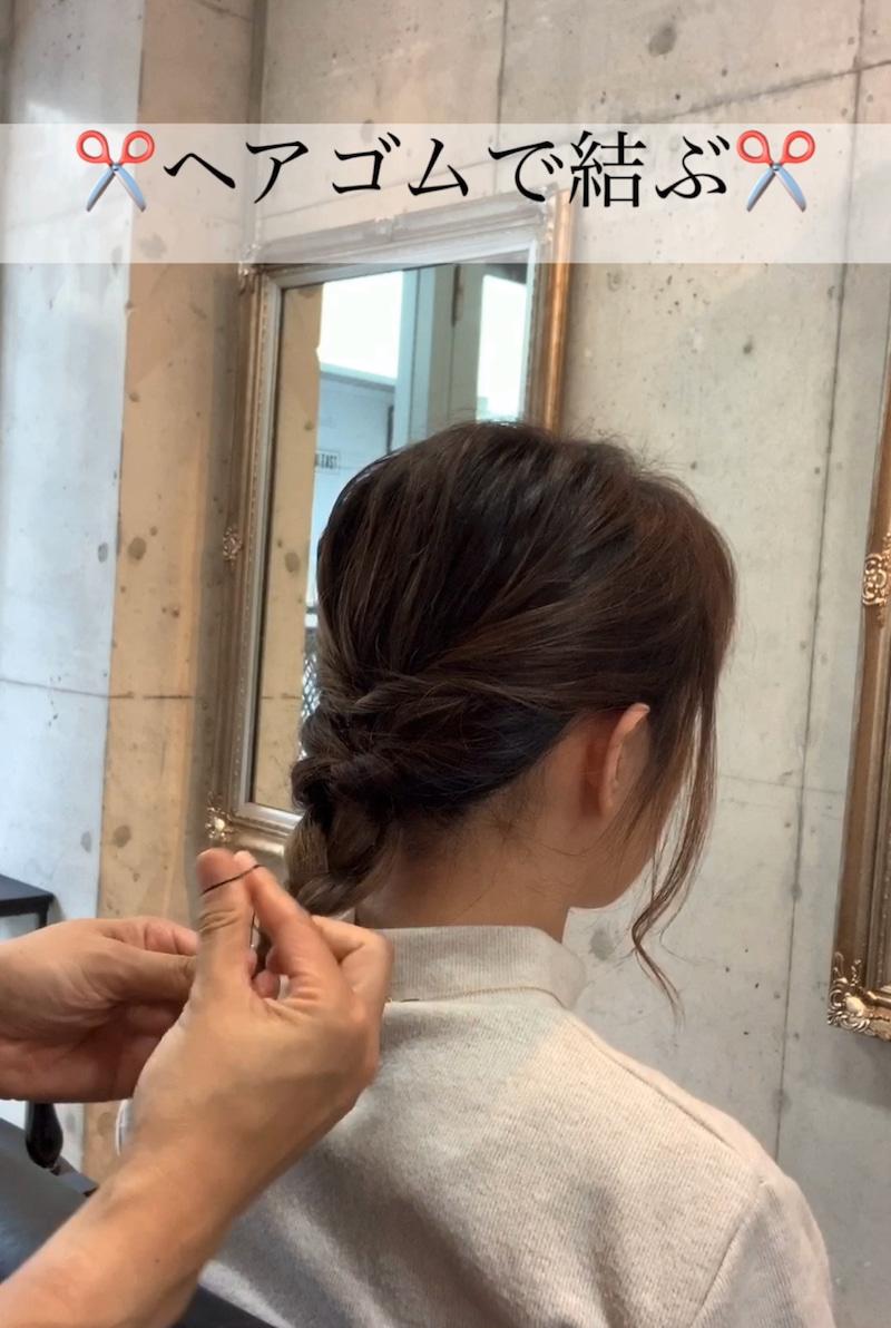秋冬のタートルネックコーデがもっと素敵に♪ミディアムヘアでもできる、首元すっきりまとめ髪アレンジ7
