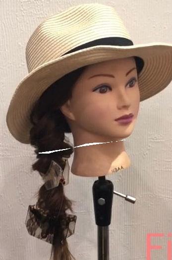 麦わら帽子が良く合う♪女子力アップの片寄せ三つ編みアレンジ5