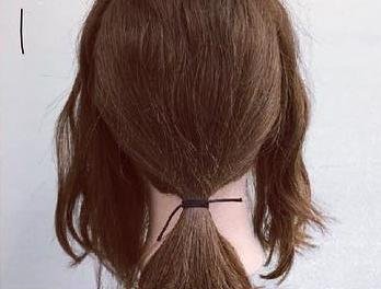 ミディアムヘアでも華やかに♡くるりんぱ×ロープ編みの簡単まとめ髪アレンジ1