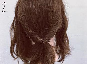 ミディアムヘアでも華やかに♡くるりんぱ×ロープ編みの簡単まとめ髪アレンジ2
