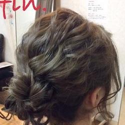 揺れる後れ毛がとっても可愛い♡ミディアムヘアーでも出来るこなれまとめ髪