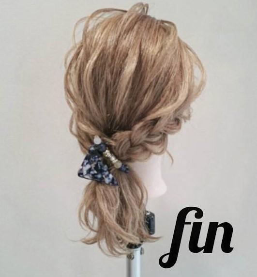 後れ毛が可愛い♪ミディアムヘアにおすすめのサイドポニーアレンジ4