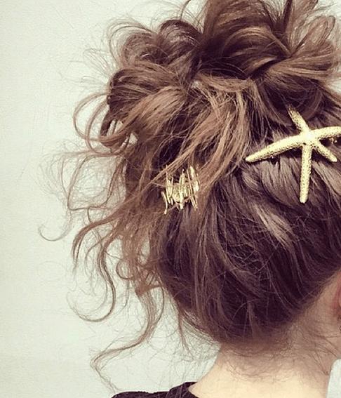 ゴールドヘアアクセを使用したヘアスタイル
