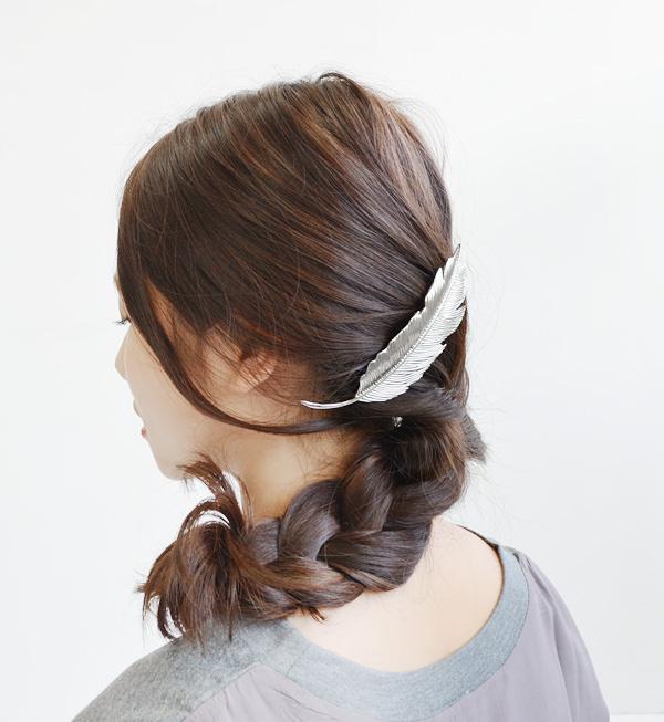 フェザーモチーフのアクセサリーを使ったヘアスタイル