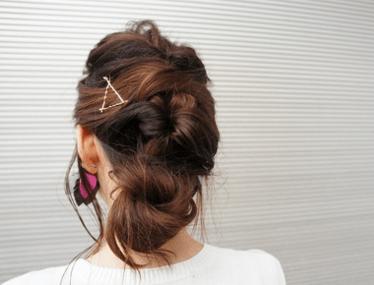 オフィスで使えるピンを使ったヘアスタイル