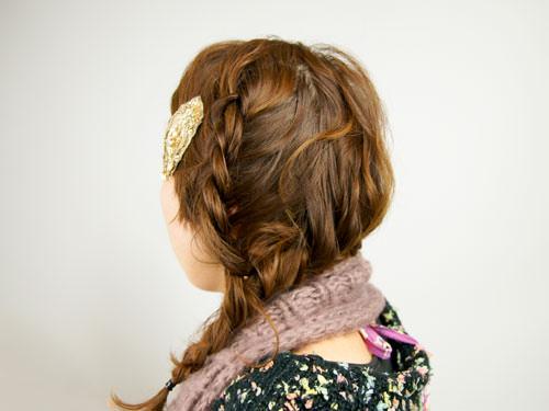 肩に流れる三つ編みヘアアレンジ