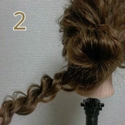 お団子×ロープ編みで作るラフなまとめ髪2