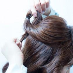 こなれたまとめ髪を作る裏ワザ、ねじり&くるりんぱ!1