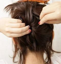 後れ毛がフェミニンなポニーテール3