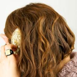 肩に流れる三つ編みヘアアレンジ3