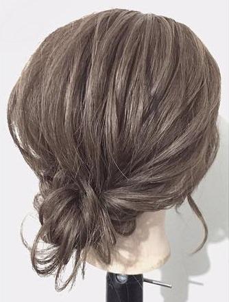 シャンパンカラーのアイシャドウに似合うヘアスタイル髪2