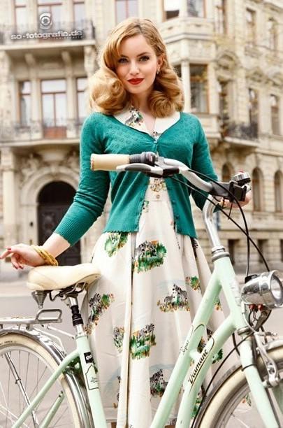 ヴィンテージ風ファッションにぴったりのヘアスタイル