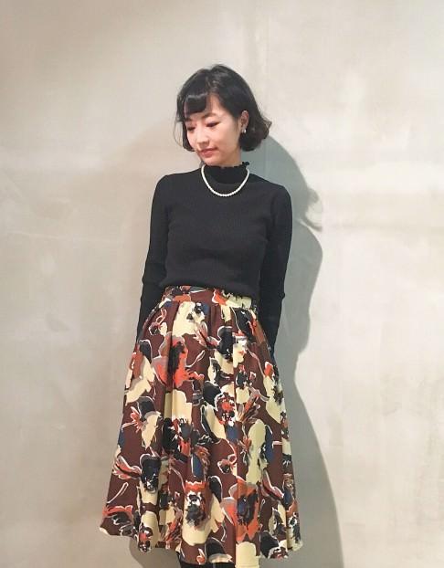 ギャザーディティールのスカートに似合うヘアスタイル