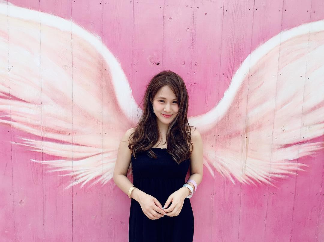 インスタ映え間違いなし!天使の羽が生えた壁とよく合うヘアスタイル2