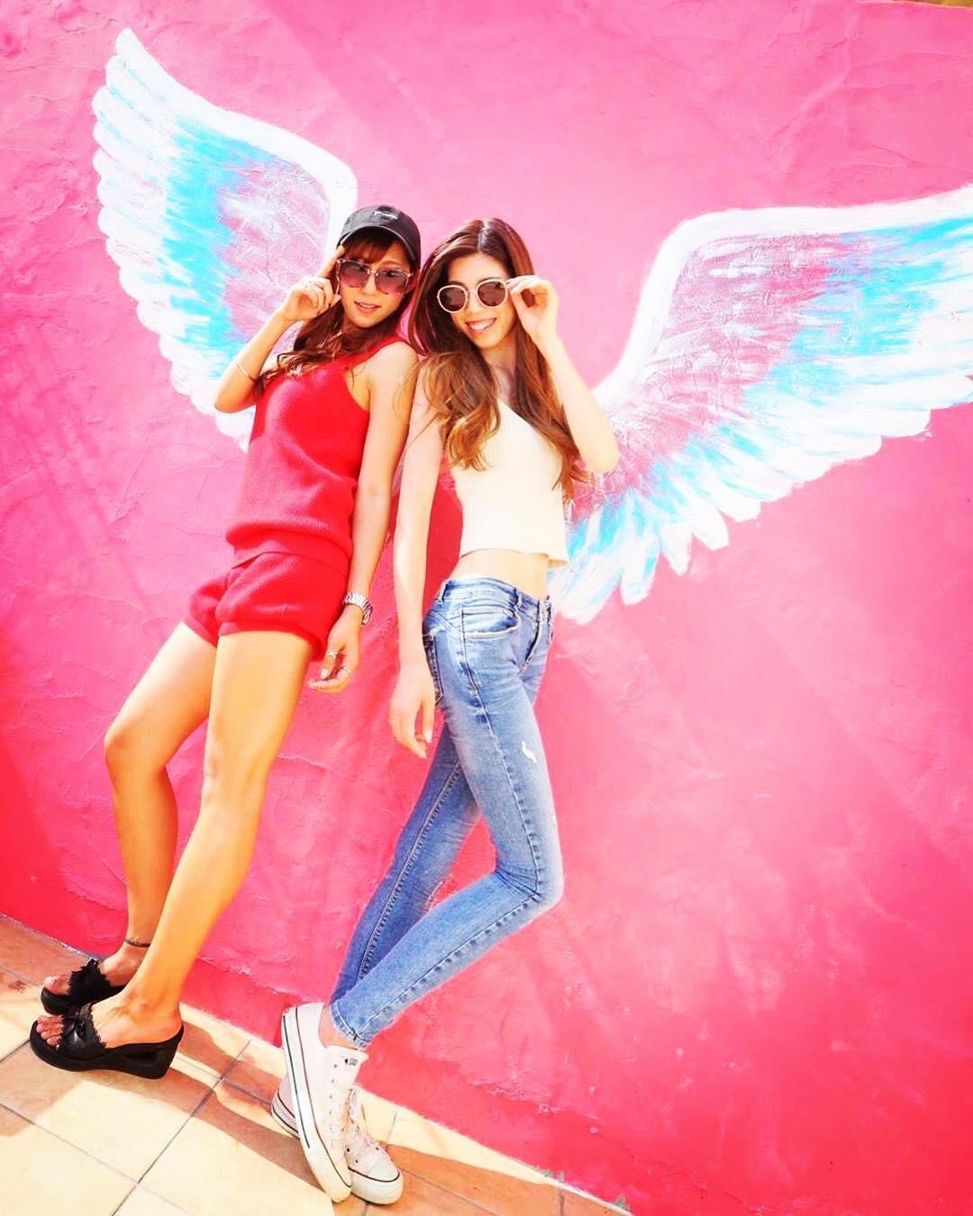 インスタ映え間違いなし!天使の羽が生えた壁とよく合うヘアスタイルtop