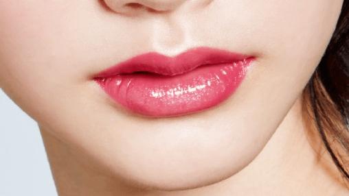 光沢感たっぷりのツヤ唇に似合うヘアスタイル1メイクポイント