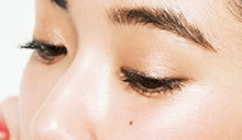 光沢感たっぷりのツヤ唇に似合うヘアスタイル3メイクポイント