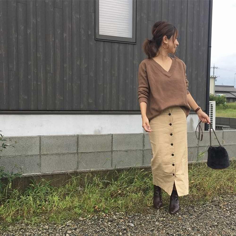 トレンドの前ボタンスカートに合うヘアアレンジ ルーズポニーテール