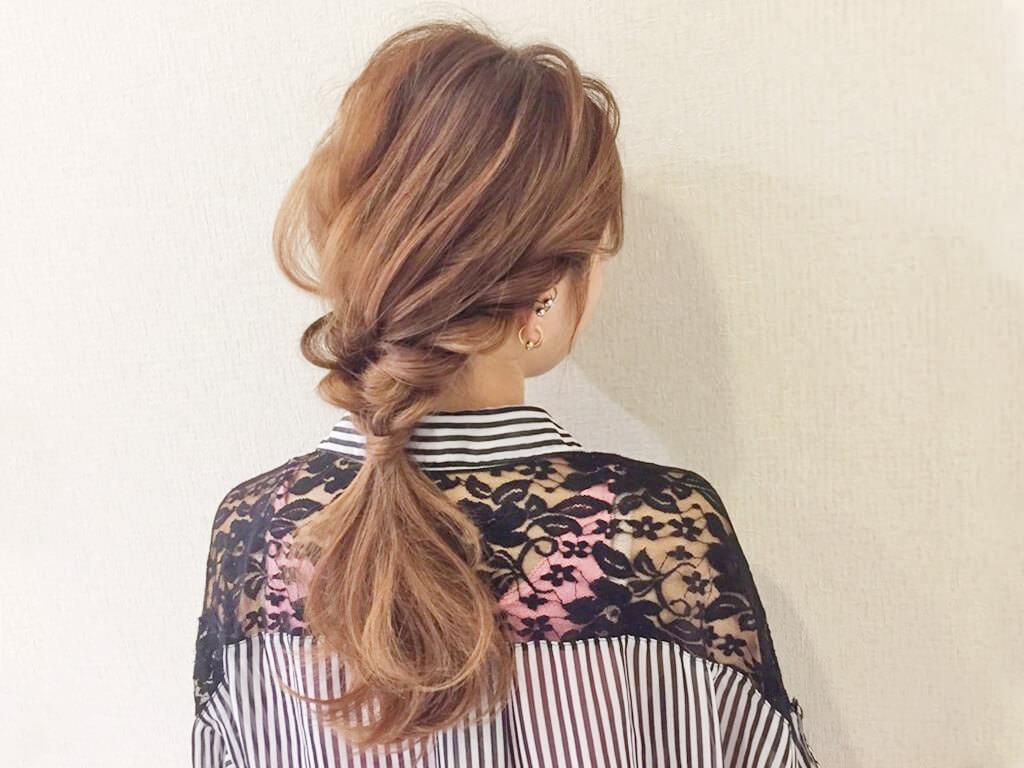 自分で髪が巻けない女子必見☆コテ要らずのゆるふわヘアアレンジ 編み込み風ローポニー
