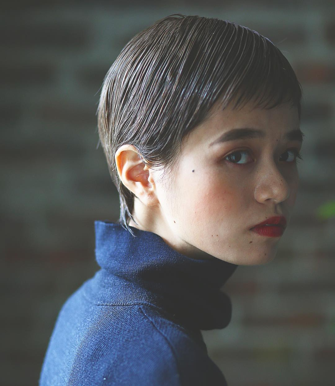 2020年流行カラー、落ち着いた印象の「クラシックブルー」に似合うヘアアレンジ5