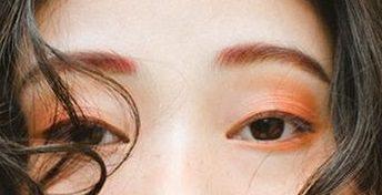 一気に鮮やか◎流行りのビビットカラーのアイシャドウと相性抜群のヘアアレンジ2point