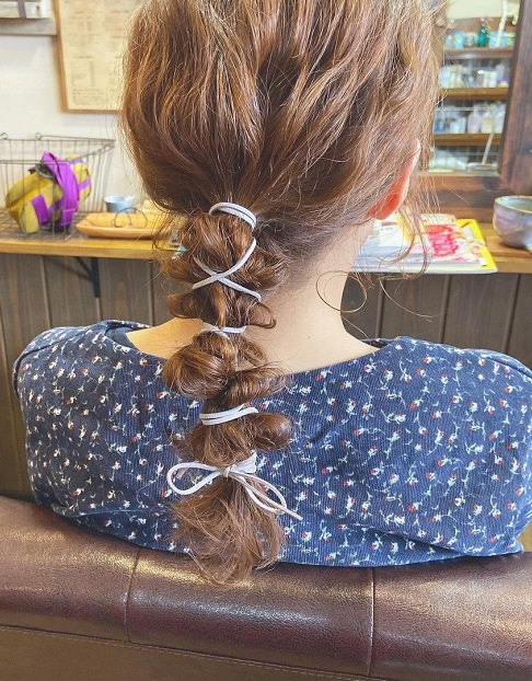 旬なヘアアクセといえばこれ!「ワイヤーポニー」と相性抜群のヘアアレンジ
