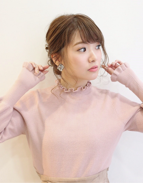 秋冬シーズンのモテファッション♪ニットと合わせるガーリーヘアアレンジ♡