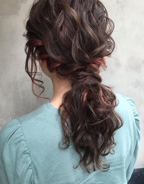 インナーカラー×ヘアアレンジで、アクセサリーがなくても映えるスタイルに♪